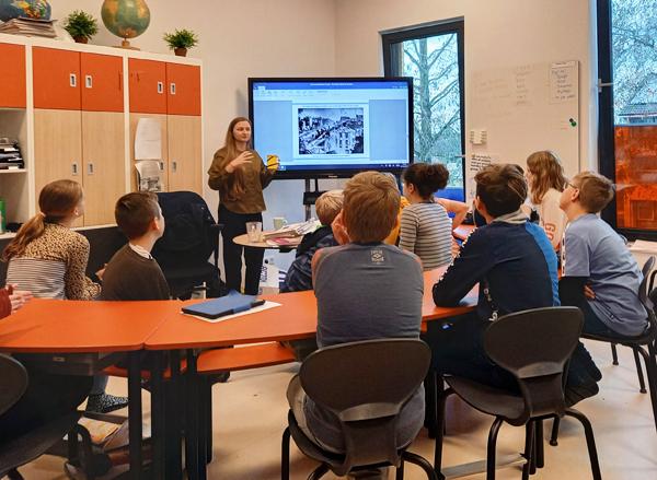 Monika Balu legt pinhole camera project uit