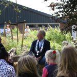 Burgemeester Oebele brouwer maakt bijenhotel met kinderen